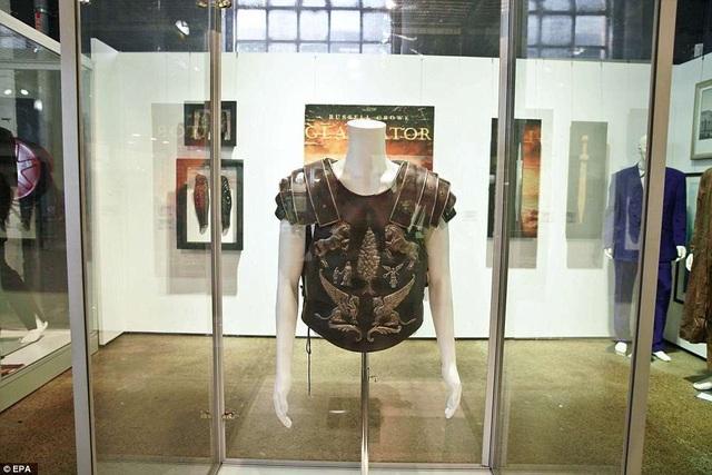 """Tấm giáp che ngực trong phim """"Gladiator"""" đã vừa được bán ra với giá 125.000 USD."""
