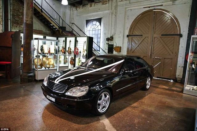 Cuộc đấu giá còn chứng kiến cả những chiếc xe hơi từng được nam tài tử và vợ sử dụng cũng bị đem ra rao bán.