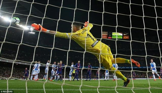 Messi sút phạt đẹp mắt mở tỷ số cho Barcelona ở phút 27