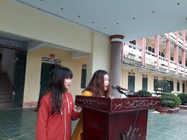 Hai đối tượng Dung và Huyền đứng trước trường xin lỗi em L. cùng toàn thể nhà trường.