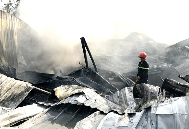 Bãi phế liệu bốc cháy dữ dội, cả khu dân cư náo loạn - 2