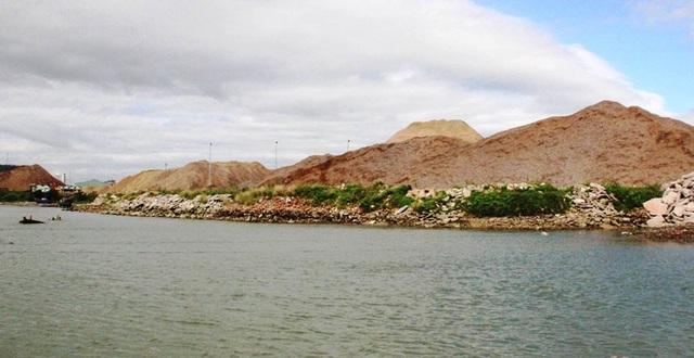 Cảng cá Quy Nhơn kêu cứu vì lo ngại cảng hàng đổ đất lấn biển sẽ gây khó khăn cho tàu thuyền ra vào cảng.
