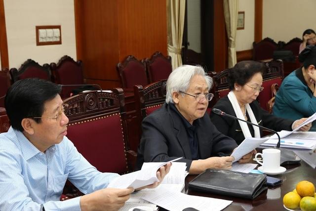 Đồng chí Phạm Tất Dong (Phó Chủ tịch kiêm Tổng thư ký Hội Khuyến học Việt Nam) trình bày sự phát triển của phong trào khuyến học trong giai đoạn triển khai Chỉ thị 11-CT/TW hơn 10 năm qua.