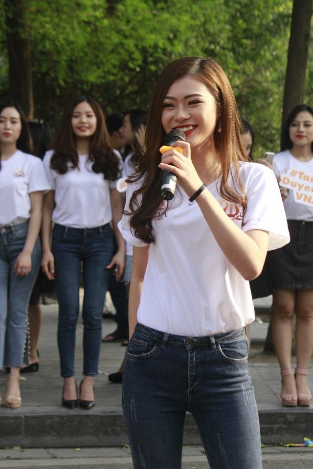 Dàn nữ sinh Học viện Âm nhạc tự tin khoe tài năng trên phố đi bộ