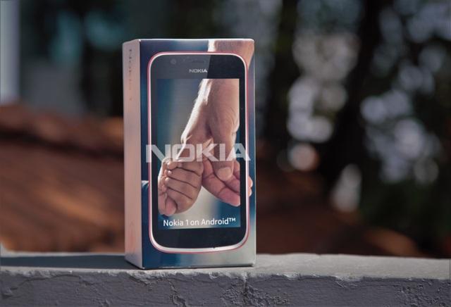 Nokia 1 với hộp đựng khá nhỏ gọn, đúng tiêu chí tiết kiệm để bảo vệ môi trường của hãng này.