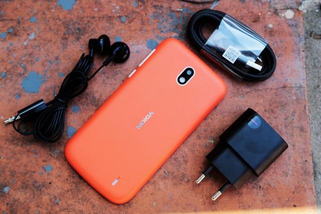 Mẫu sản phẩm bán ra tại thị trường Việt đi kèm tai nghe, cáp sạc micro USB và củ sạc.