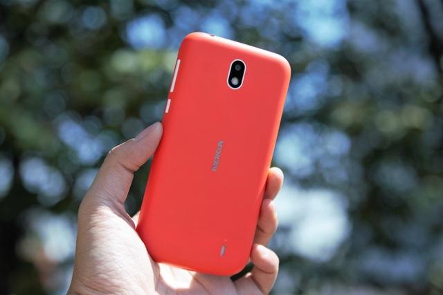 Mặt sau của máy gây sự chú ý với lớp vỏ đầy màu sắc và hình dáng tựa như những mẫu Lumia trước đây.