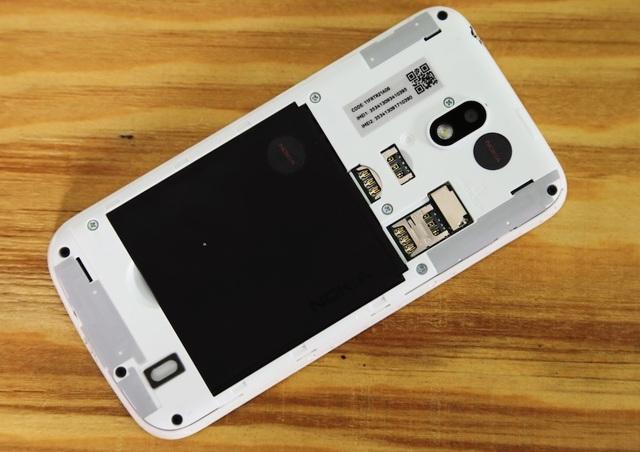 Mặt lưng tháo rời cũng giúp thay thế pin và lắp SIM nhanh chóng. Hãng trang bị máy 2 khe thẻ SIM và the thẻ nhớ rời microSD.