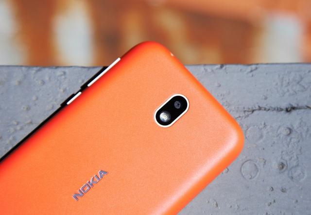 Nokia tích hợp cho máy camera phía trước 2 MP và sau 5 MP.