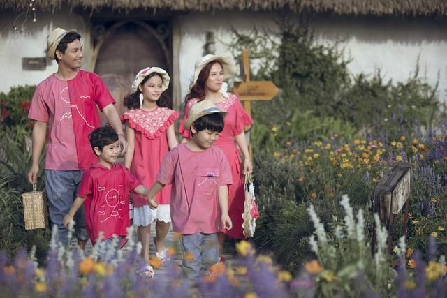 MC Phan Anh lần đầu đưa cả vợ lẫn con lên sân khấu làm người mẫu - 3
