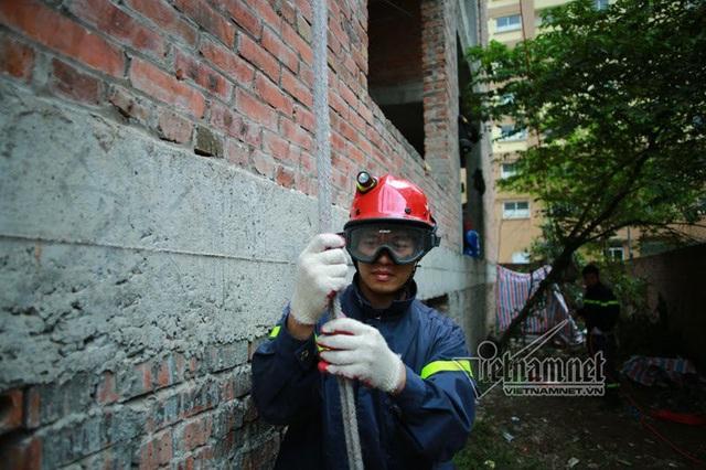 Luyện tập leo dây, trèo tường vào nhà cao tầng
