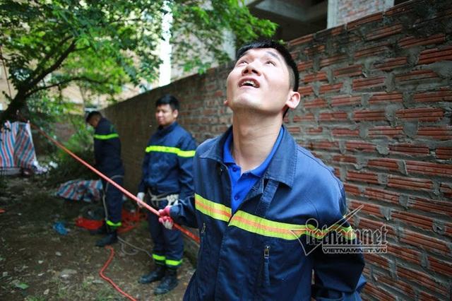 Đại úy Đỗ Văn Chiến (Đội phó đội CNCH Phòng cảnh sát PCCC và CNCH số 8) quan sát và hướng dẫn các đồng đội leo dây