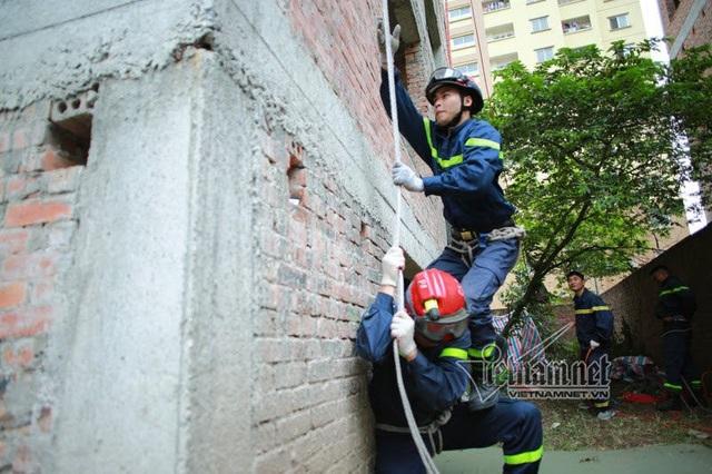 Chiến sĩ trẻ Đinh Văn Trường (22 tuổi) đã có 2 năm kinh nghiệm trong môn leo tường bằng dây