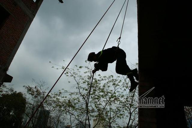 Thiếu tá Khúc Nguyên Khánh, Đội trưởng đội CNCH Phòng cảnh sát PCCC và CNCH số 8 cho biết bất kể nắng mưa, mùa đông hay hè đội đều luyện tập, sẵn sàng nhận nhiệm vụ.