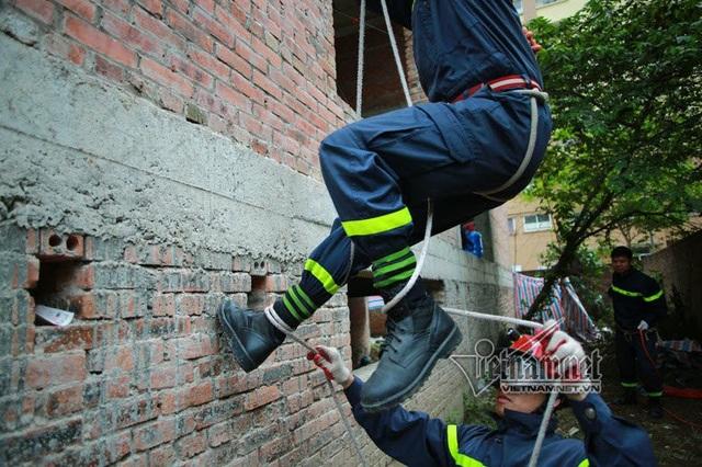 Leo tường bằng dây được thực hiện trong những trường hợp cháy, cứu người ở những nhà dân, chung cư có độ cao trung bình 10-15m. Mỗi chiến sĩ khi leo tường cần ít nhất 2 người bên dưới hỗ trợ