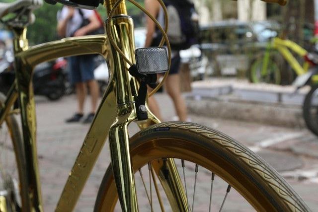 Khi về đến Việt Nam, chiếc xe mạ vàng độc đáo nhanh chóng nhận được sự quan tâm của nhiều người, đặc biệt là của giới chơi xe.