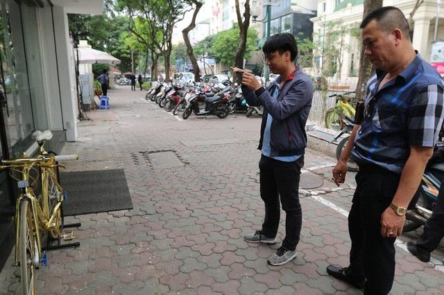 Dù không tiết lộ giá cụ thể song theo anh Lương đã có vị khách trả giá 1 tỷ đồng. Hiện tại xe được trưng bày cho mọi người yêu xe thưởng lãm, thỉnh thoảng anh Lương mang xe ra phố đi dạo một vòng.