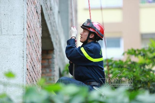 Thót tim với màn leo dây giữa không trung của chàng lính cứu hỏa - 6