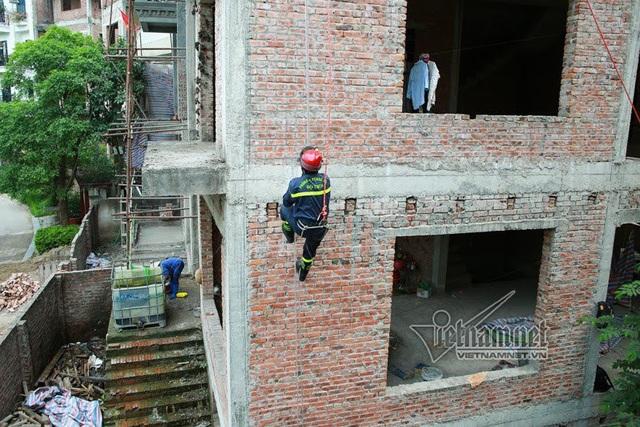 Thót tim với màn leo dây giữa không trung của chàng lính cứu hỏa - 7