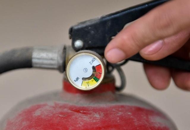 Khi cơ quan chức năng kiểm tra ở một khu chung cư, nhiều bình bọt, bình khí chữa cháy không đủ áp suất tiêu chuẩn.