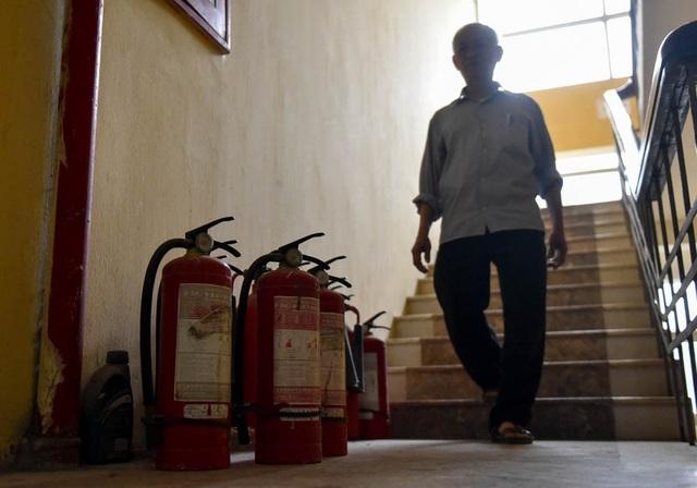 Một loạt bình chữa cháy để bừa bãi trên lối đi cầu thang của một chung cư tái định cư ở Hà Nội, trong đó có nhiều bình không thể hoạt động khi được kiểm tra.  Theo công ty TNHH MTV quản lý và phát triển nhà Hà Nội, các tòa nhà tái định cư trên địa bàn thành phố ban đầu đều có giấy phép phòng cháy chữa cháy (PCCC) nhưng đến nay, hầu hết đều đều có vấn đề.