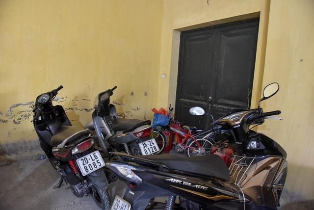 Phương tiện của người dân để chắn lối thoát hiểm ở một khu chung cư thuộc quận Hoàng Mai.