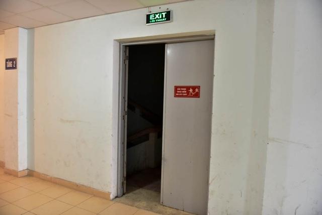 Để chống khói, cửa thoát hiểm luôn được thiết kế tự động đóng kín khi không có người qua lại. Tuy nhiên, do thiếu hiểu biết, người dân thường hay vô hiệu hoá hệ thống đóng cửa tự động để cửa luôn mở toang.