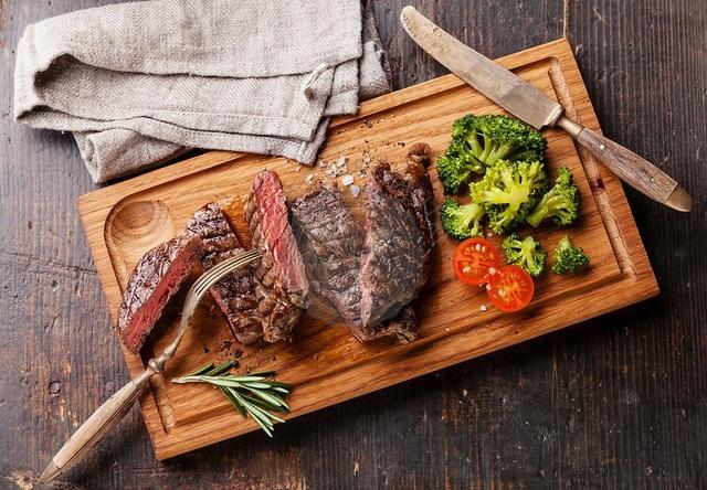 Phá cách với đồ ăn bày trên thớt gỗ, nhà hàng bị phạt 1,5 tỷ đồng - 1