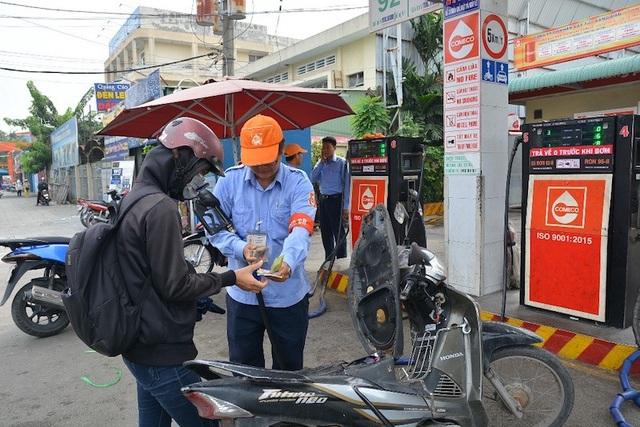 Người dân sử dụng xăng sinh học E5 thân thiện môi trường
