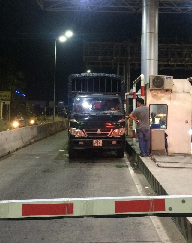 Đến 20h30 anh Nghĩa vẫn cho xe nằm ì tại khu vực thu phí chờ giải quyết như yêu cầu mới cho xe qua trạm
