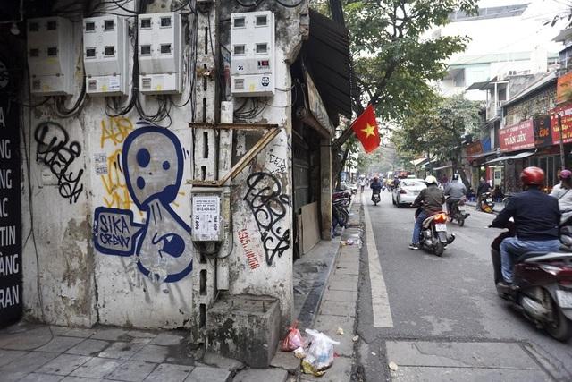 Hình vẽ trên tường phố Hàng Bạc.