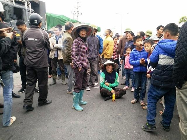 Bức xúc trước việc chính quyền bán đường dân sinh, người già, trẻ em, thanh niêm nam nữ phường Ninh Sơn đều kéo ra ngồi dưới đường chặn xe để phản đối.