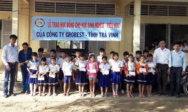 ông Nguyễn Đức Học – Trưởng khu vực công ty Grobest tỉnh Trà Vinh trao học bổng cho các em học sinh trường tiểu học Vinh Kim
