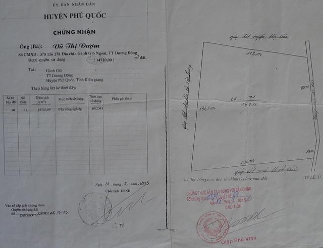Mảnh đất 14.720m2 của bà Vũ Thị Đượm được UBND huyện Phú Quốc cấp giấy CNQSD đất số M989754 vào năm 2003, tại thửa 71, tờ bản đồ sô 4, trong đó thể hiện tứ cạnh rõ ràng.