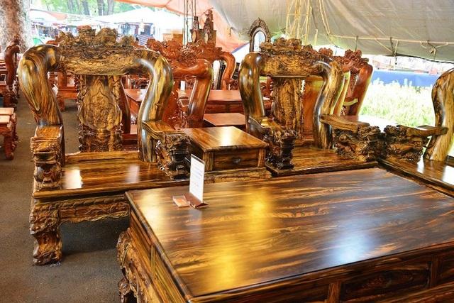Bộ bàn ghế làm bằng gỗ mun sọc được chào bán với giá 1,65 tỷ đồng. Các nghệ nhân phải làm việc liên tục trong 1 năm mới làm ra một bộ bàn ghế hiếm gặp như thế này.