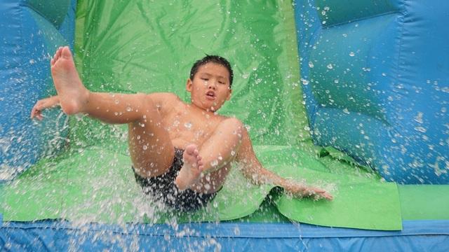 Tung hoành với trò trượt cầu thang nước