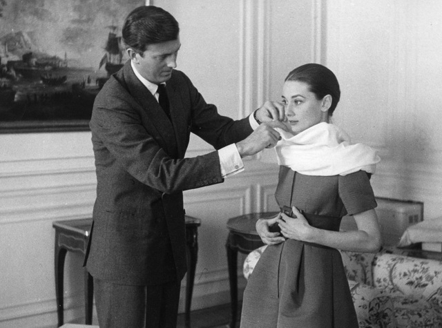Nhà thiết kế Hubert Givenchy bên minh tinh điện ảnh Audrey Hepburn.