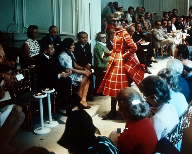 Một show giới thiệu thiết kế mới của Givenchy tổ chức ở Paris (Pháp) năm 1970.