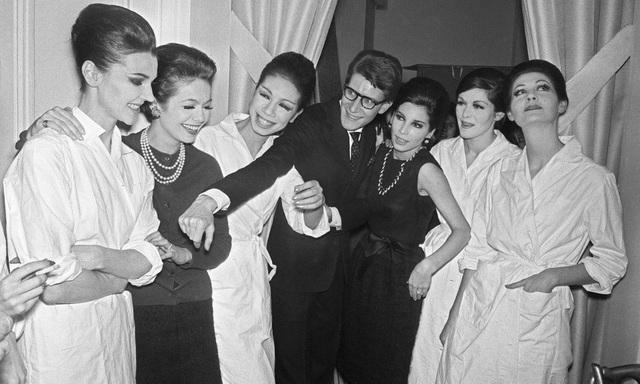 Nhà thiết kế Yves Saint-Laurent bên các người mẫu sau khi kết thúc trình diễn ở Paris (Pháp) năm 1962.