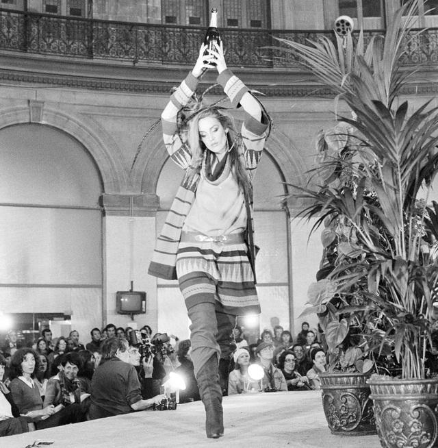 Trình diễn thời trang may sẵn của nhà thiết kế người Nhật Kenzo Takada hồi năm 1977.