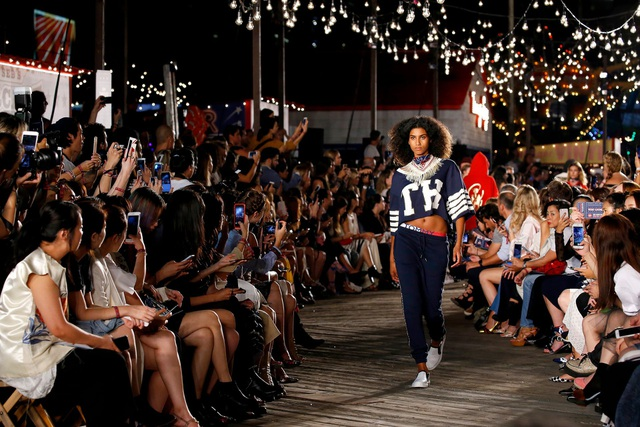 Cùng với mạng xã hội, các show thời trang đang trở nên cởi mở hơn bao giờ hết.
