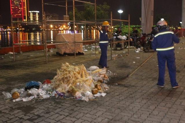 Các công nhân vệ sinh môi trường vất vả dọn rác thải trên đường phố Đà Nẵng sau đêm hội pháo hoa