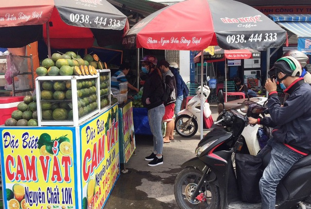 Các điểm bán nước dọc hai bên quốc lộ 1 (huyện Bình Chánh, TPHCM) luôn tấp nập khách trong kỳ nghỉ lễ do lượng người đổ về quê đông đúc.