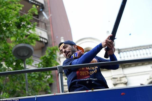 Barcelona diễu hành xe bus ăn mừng cú đúp danh hiệu - 10