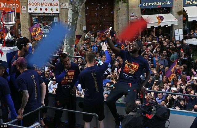 Barcelona diễu hành xe bus ăn mừng cú đúp danh hiệu - 11