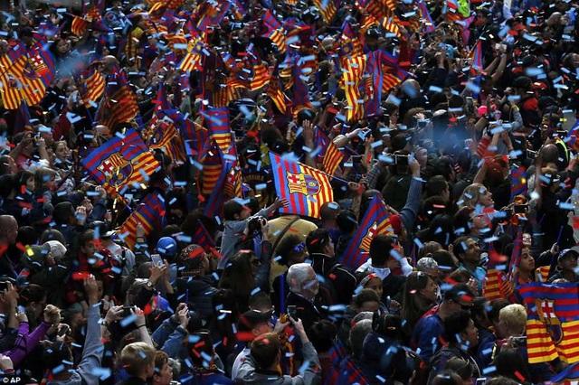 Barcelona diễu hành xe bus ăn mừng cú đúp danh hiệu - 12