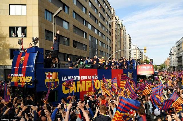 Barcelona diễu hành xe bus ăn mừng cú đúp danh hiệu - 4