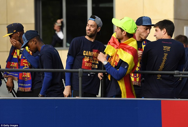 Barcelona diễu hành xe bus ăn mừng cú đúp danh hiệu - 6