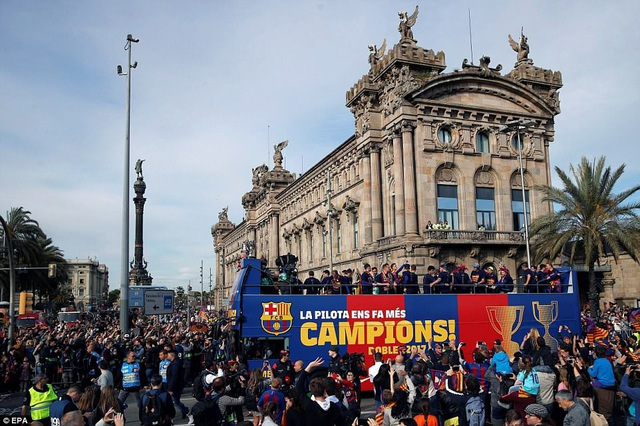 Barcelona diễu hành xe bus ăn mừng cú đúp danh hiệu - 7