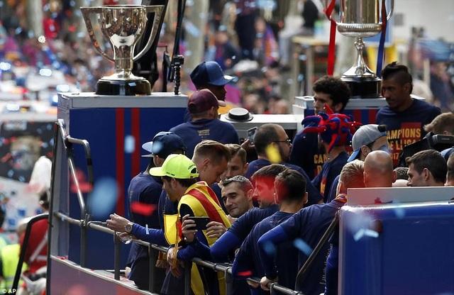 Barcelona diễu hành xe bus ăn mừng cú đúp danh hiệu - 8